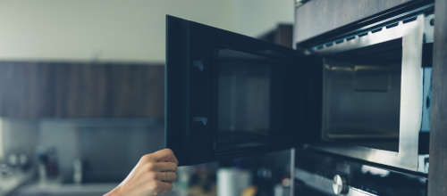 Czy warto zainwestować w szafkę pod zabudowę mikrofalówki?